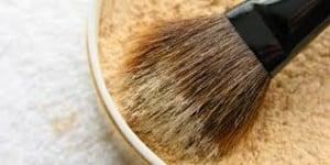 appliquer la poudre maquillage
